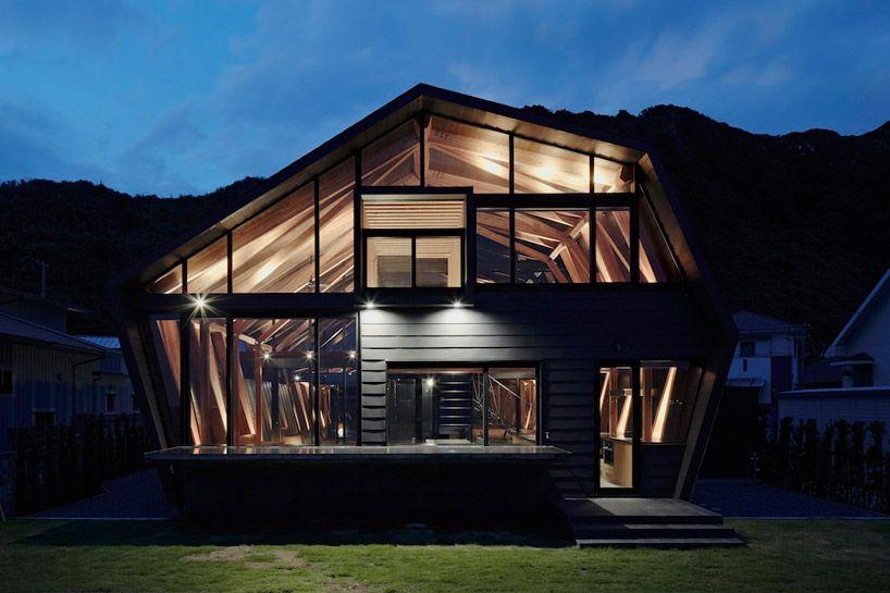 """En Chiba, Japón, la """"Villa SSK"""" por Takeshi Arquitectos Hirobe con sede en Tokio y vistas a la misma bahía y al paisaje de la vegetación de la montaña."""
