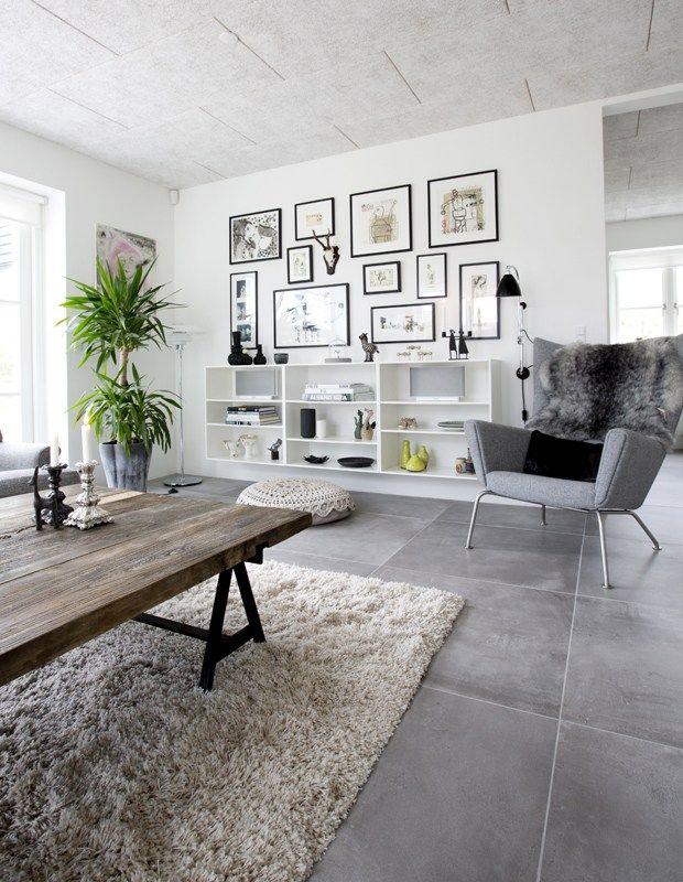 Living room / salon. Murs blancs, carrelage gris, meubles en bois ...