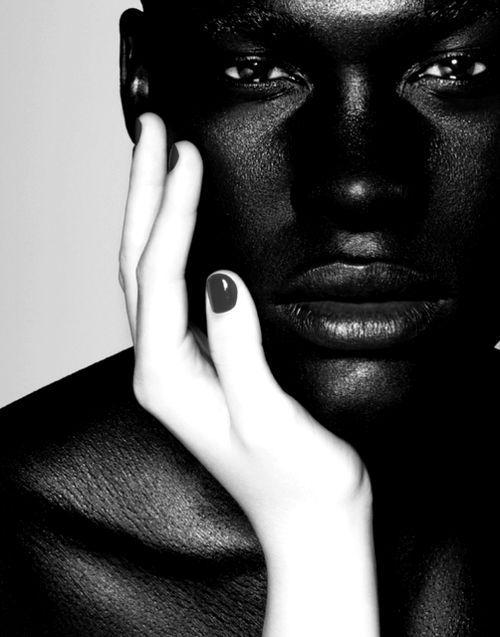 Vit flicka svarta män
