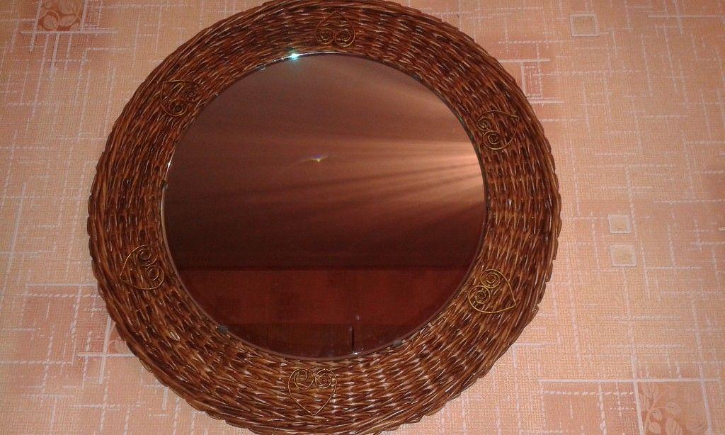 Было просто круглое зеркало. Стало круглое зеркало в раме:) Плетение из бумаги плюс квиллинг