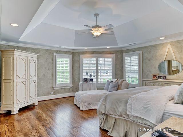 Lüfter Schlafzimmer ~ Eine weiße niedrige tablett decke mit einer angeschlossenen lüfter