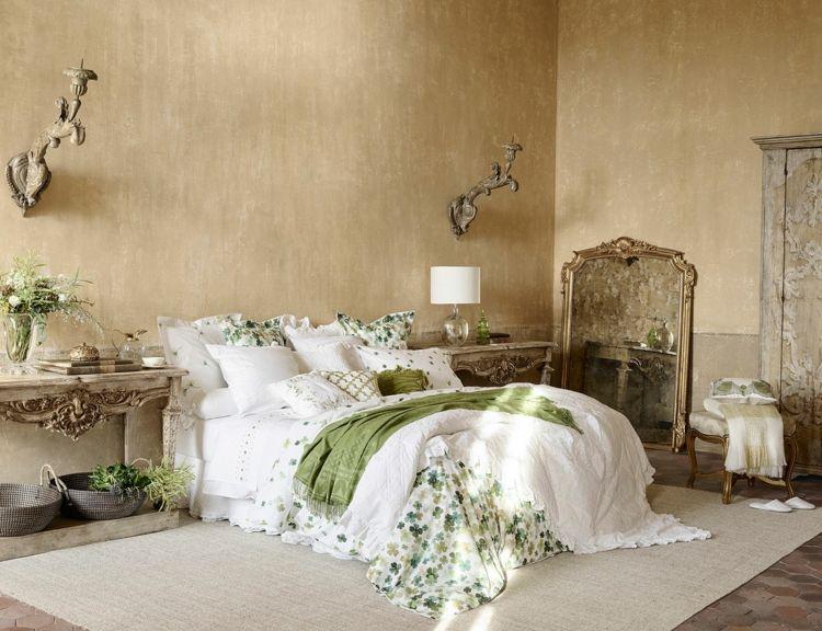 Landhausmöbel Schlafzimmer ~ Landhaus schlafzimmer in weiß grün mit goldener wandfarbe
