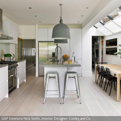 Bar-Look mit silberfarbenen Barstühlen - pendelleuchte für küche