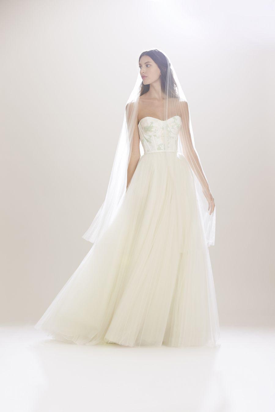 Carolina Herrera Bridal Fall '16 Precioso corset levemente estampado con el contraste de la falda de tul