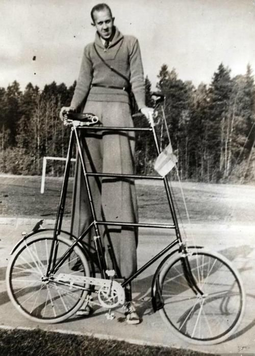 World's tallest man and his bike
