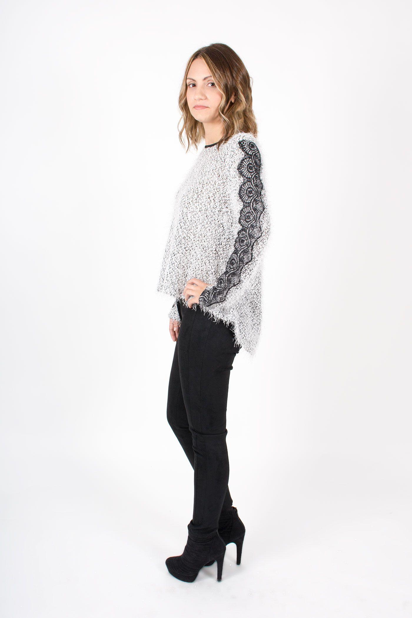 Blusa ancha con encajes en las mangas, realizada en un tejido de punto de pelo.