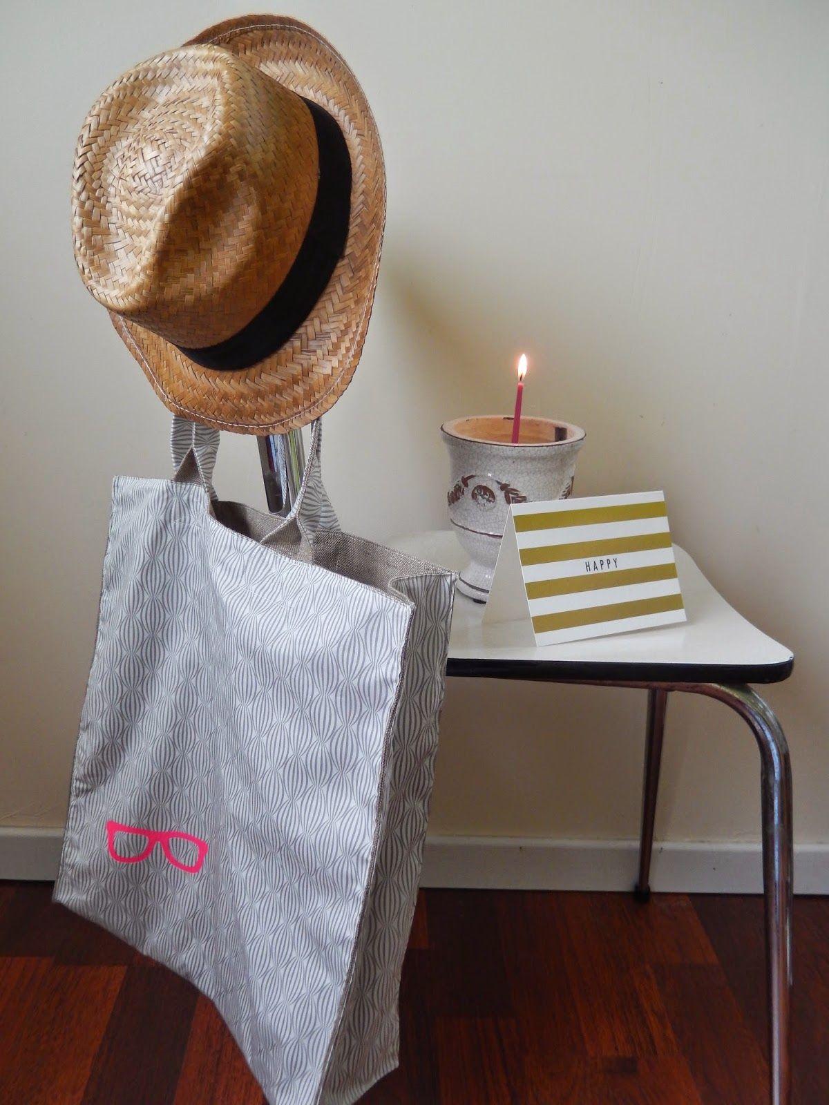 """Un très joli tote bag customisé avec notre pochoir """"Lunettes"""" et du flex rose fluo par Six galets d'Or"""