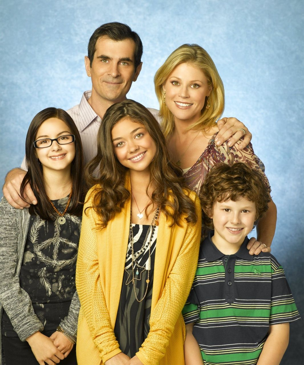 Modern Family Haley And Dylan In 2020 Modern Family Phil Modern Family Luke Modern Family Haley
