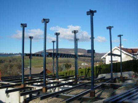 Montage des poteaux porteurs de maison en ossature métallique - plan maison structure metallique