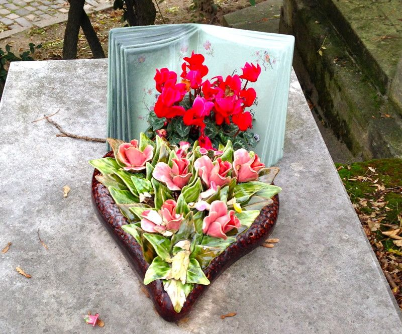 Majolica heart decorated with ceramic flowers at Pere Lachaise Paris november 2013 http://keramiekvoorbuiten.nl/for-my-pinterest-friends-pere-lachaise-hearses/ Review on the website written in English