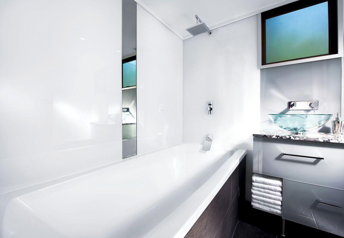 Moderne design interieur van badkamer met plexiglas toegepast op de