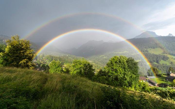 Un magnífico arco iris doble tras una tormenta en Gryon, Suiza (Anthony Anex, 2016)