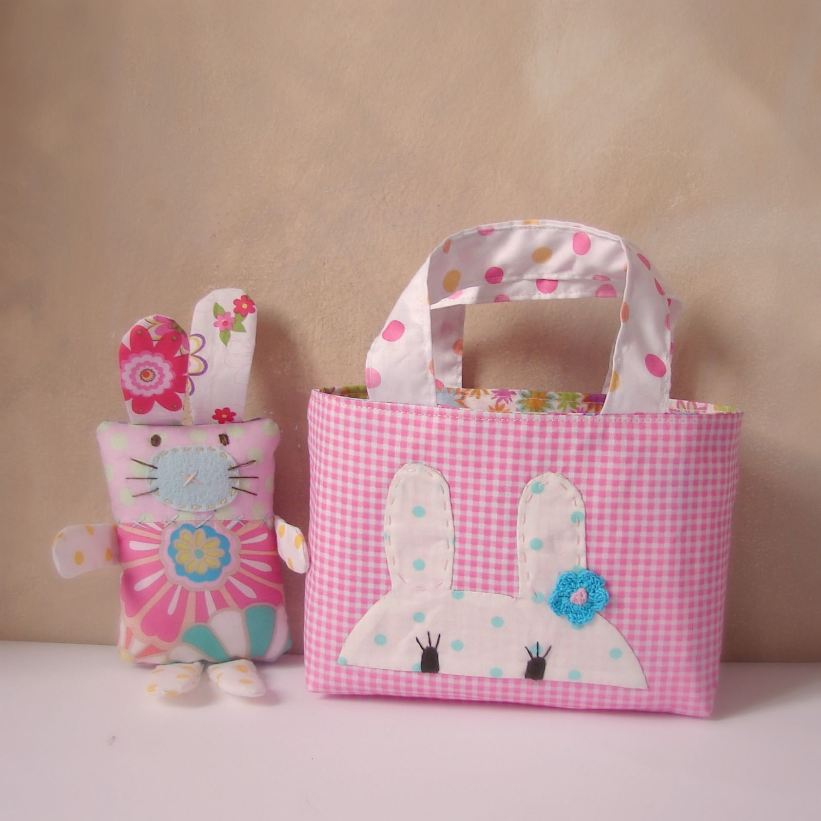 Slowly, slowly I'm making a few things in preparation for Eater. Here are my first bags and bunnies!