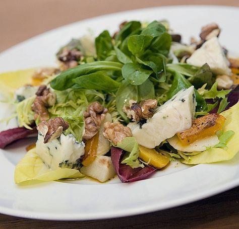 Herbstlicher Salat mit gebratenem Kürbis, karamellisierter Birne, Blauschimmelkäse und Walnüssen, ein raffiniertes Rezept aus der Kategorie Eier