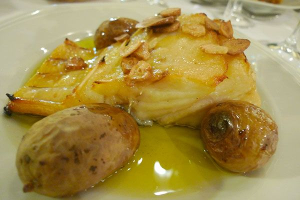 O bacalhau à Lagareiro (veja receita), com batatas aos murros, alho assado e muito azeite