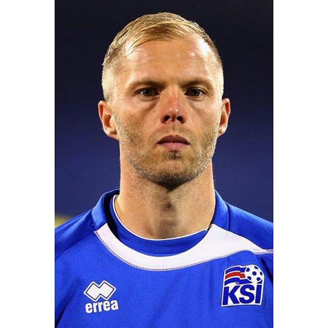 Por 1era vez Islandia país de 350.000 habitantes clasifica a una Eurocopa. Y allí estará el gran Eidur Gudjohnsen.