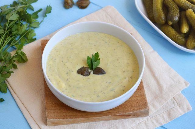 La salsa tartara è una particolarissima salsina che ricorda vagamente la maionese a causa dell'utilizzo di tuorli d'uovo (usati però sodi) e olio. Ne differisce però per il sapore, molto più fresco, d