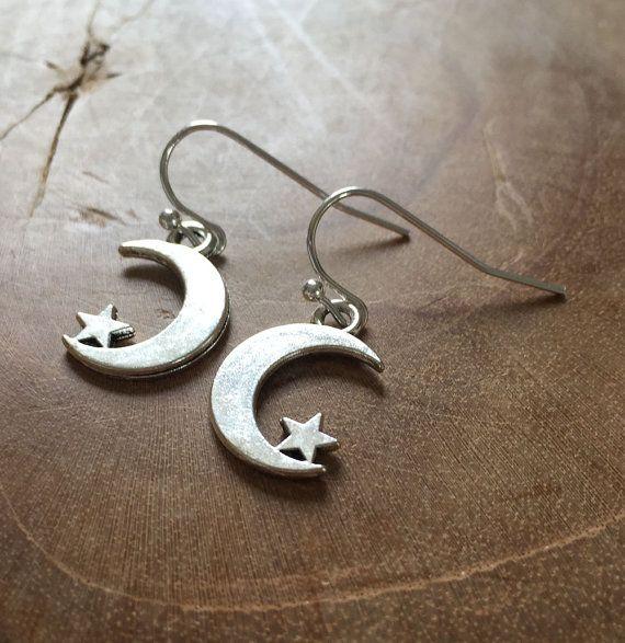Moon and Stars  zilverkleurige oorhangers met een door MotorandTea