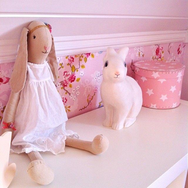 Lillesøsters rom #jenterom #lillesøstersrom #maileg #rosa #girlsroom #pink #kaninlampe #tapet #pipstudio