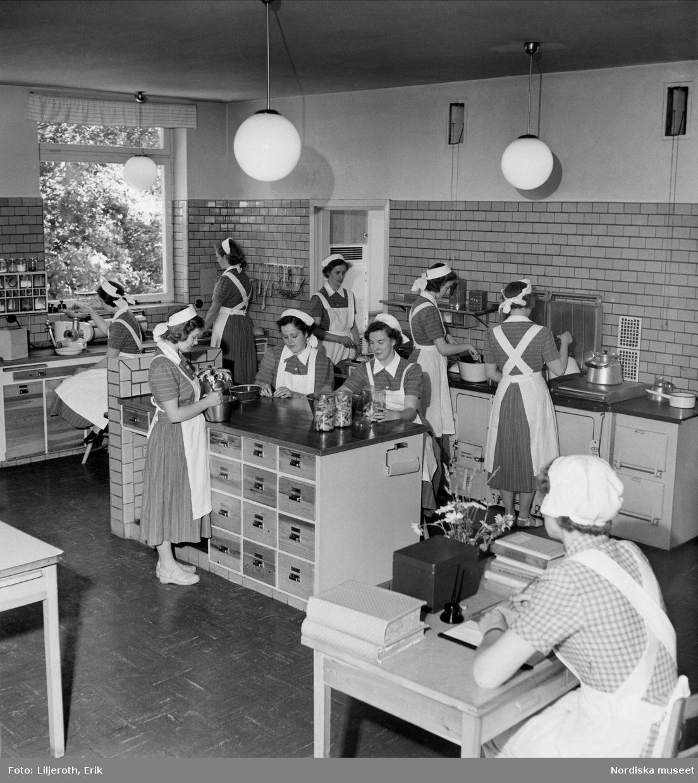Kvinnliga elever i köket på Lanthushållsskolan i Bräkne Hoby