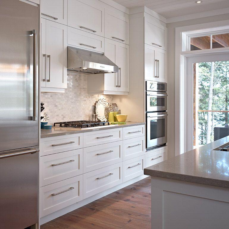 Cuisine style contemporaine avec armoires de bois massif blanc   - Comment Choisir Hotte De Cuisine