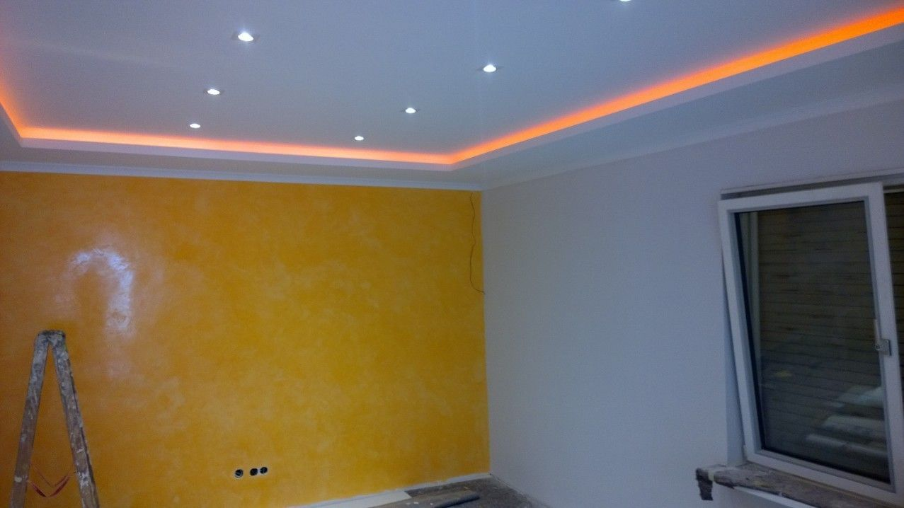 Fabulous Farbige indirekte Beleuchtung und passend dazu eine gelbe Wischtechnik Wand