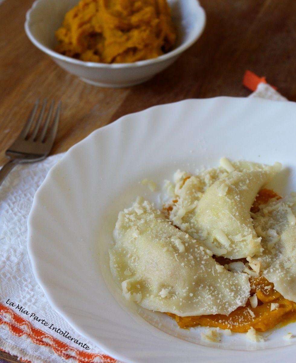 Ravioli fatti in casa, senza glutine e lattosio, con ripieno di zucca e scamorza affumicata.