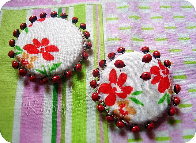 Alfinetes decorados - Joaninha   por Sonhos de Biscuit, by Kenynha M.
