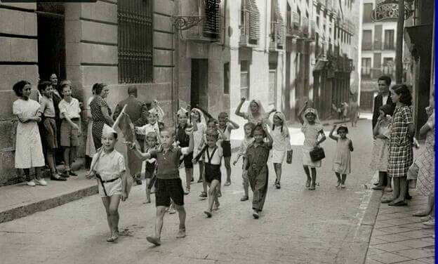 Ninos Jugando A Milicianos En Una Calle De Lavapies Madrid En