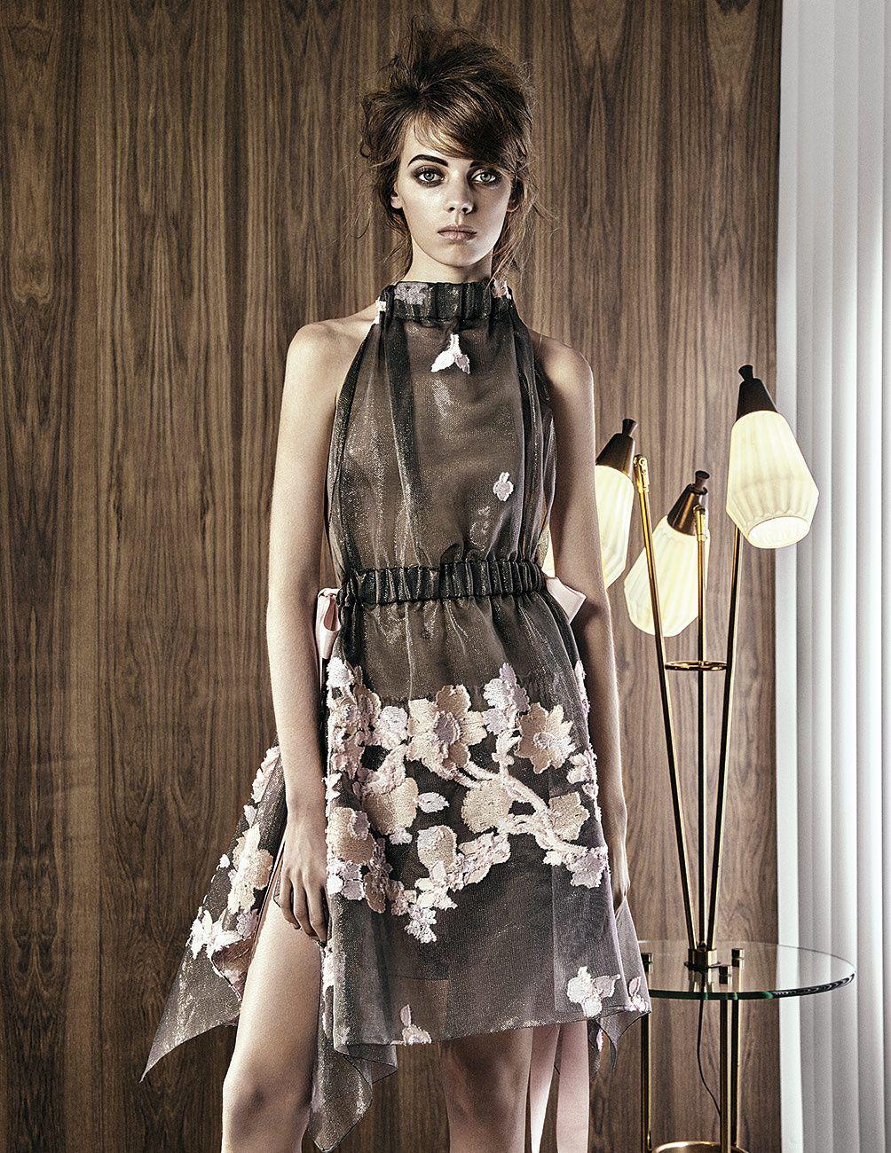 Vestido en tul con falda asim�trica y detalles bot�nicos bordados, de Fendi.