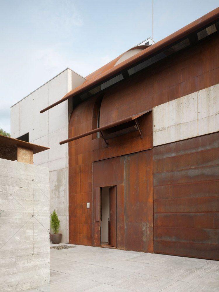 habillez la façade de la maison contemporaine de panneaux en acier