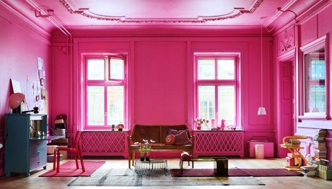 Salón clásico con paredes y techo en rosa fucsia. Bruguer tiene un ...