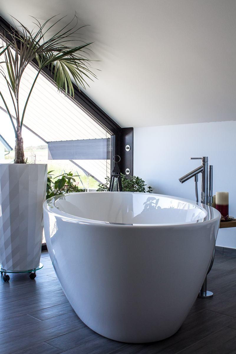 Eine Badewanne Mit Blick Nach Draussen In 2020 Fachwerkhauser Haus Luxushaus