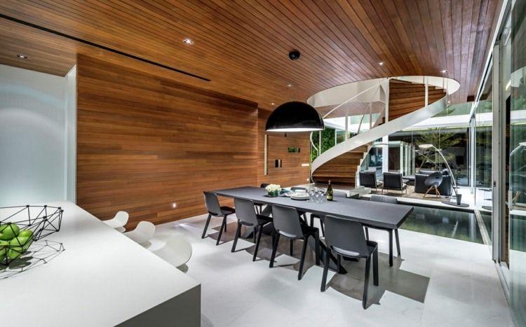 Grüne Innenwand und moderne Wendeltreppe - die minimalistische