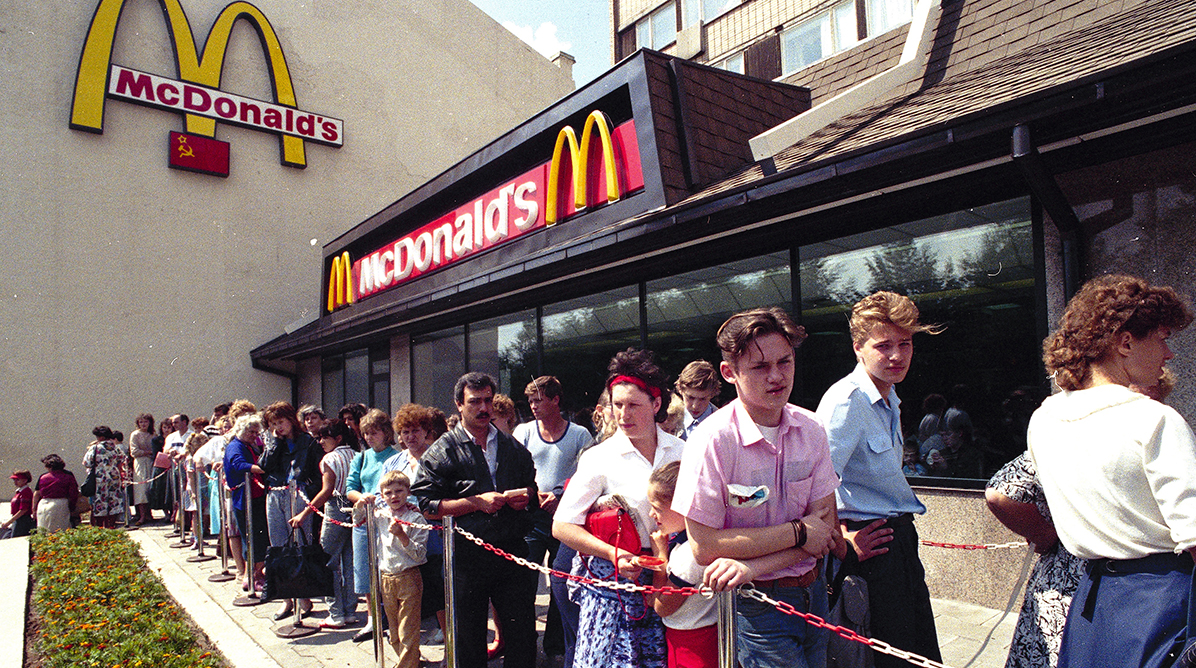 First McDonald's in the USSR, Moscow 1990 (via Reddit)   Russia