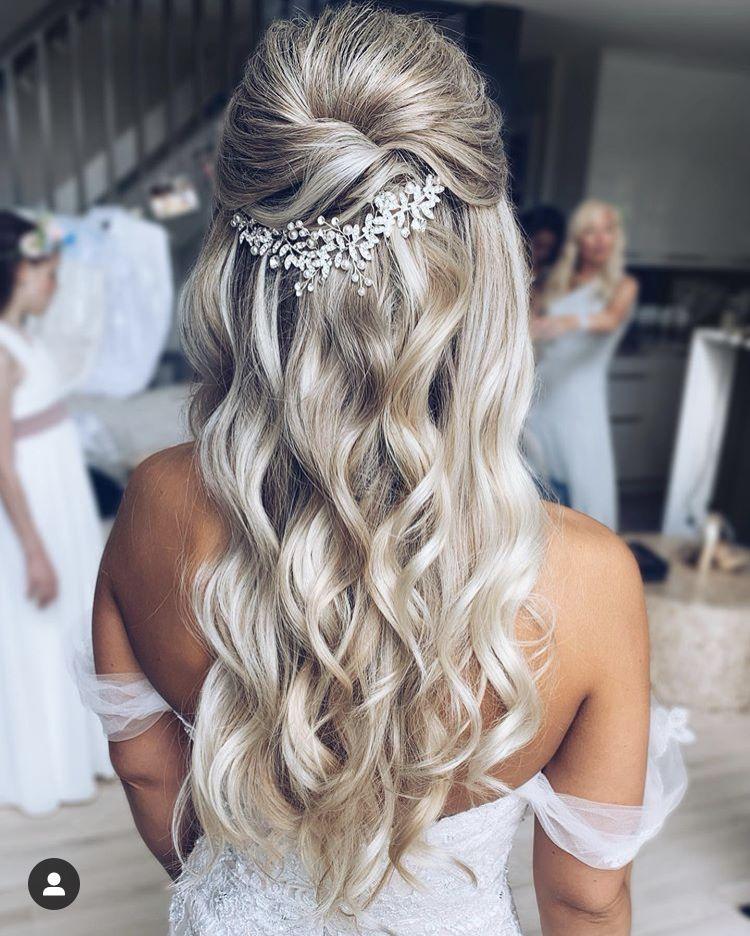 Tendinte Coafuri Nunta 2021 Hairstyles Coafura Mireasa Par Lung Bucle Lejere Si Implet In 2020 Wedding Hair Half Wedding Hairstyles For Long Hair Bride Hair Down