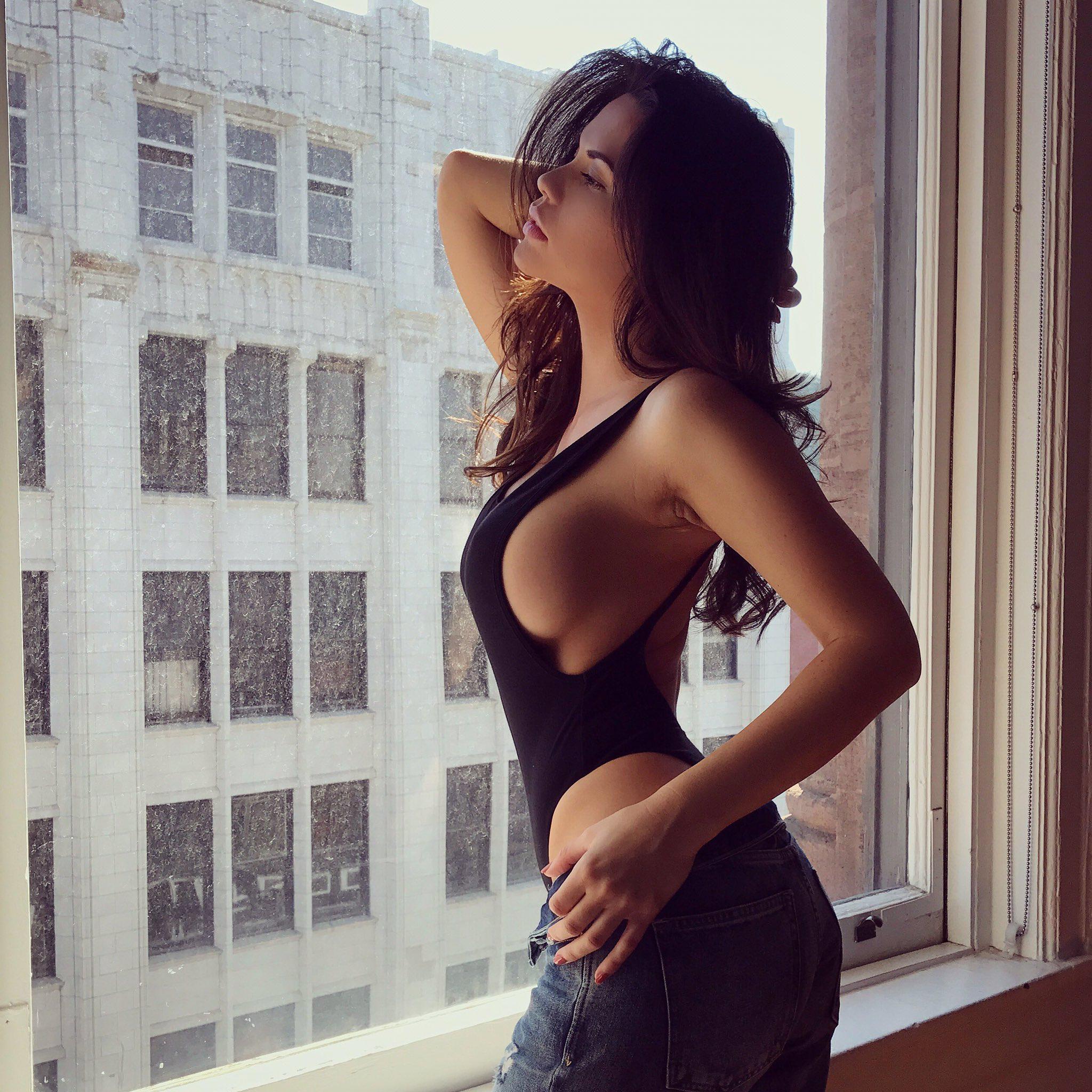 Hot Girls Side Boob