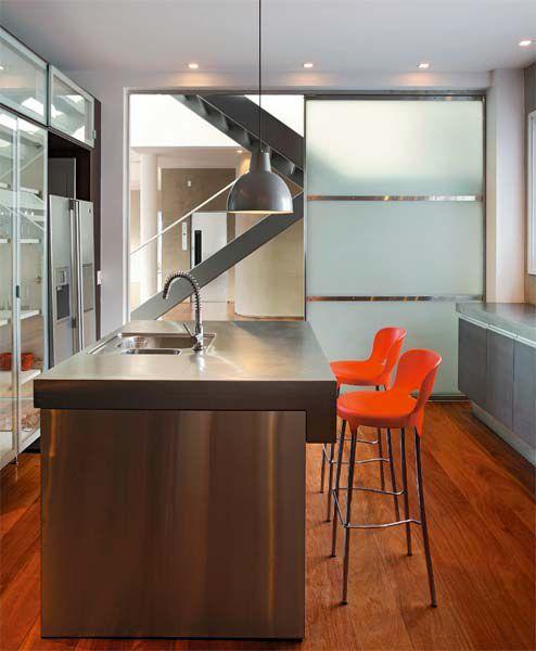 Cozinha Com Bancada Americana E Porta De Vidro Jateado Para