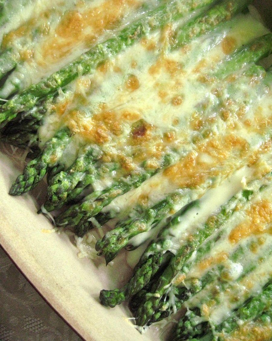 Parmesanlı Kuşkonmaz, hafif ve az kalorili bir yemektir.