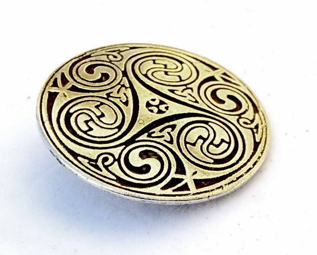 5 cm wide Celtic mount with spiral triskel based on the art of the Irish Middle Ages. A very nice addition for historical articles of leather. Available in wholesale and retail at www.peraperis.com - 4.99 €