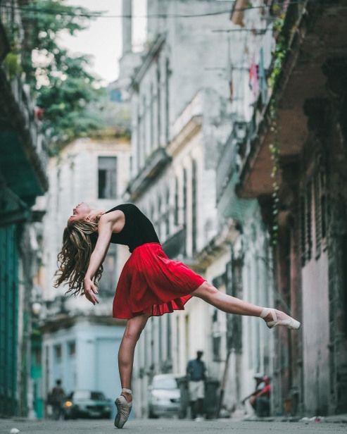 23 Breathtaking Shots of Ballerinas Against City Backdrops #dancefitness #dance #fitness #studio