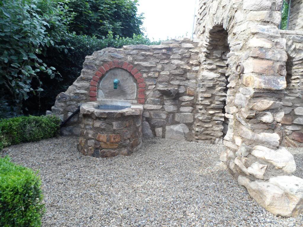 Eine Gartenmauer Im Stil Einer Ruine Aus Sandstein Gartenmauer Gartenmauern Garten