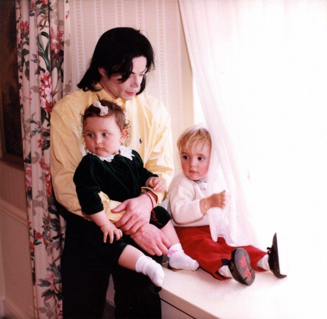 белый флаг майкл джексон с детьми фото мне