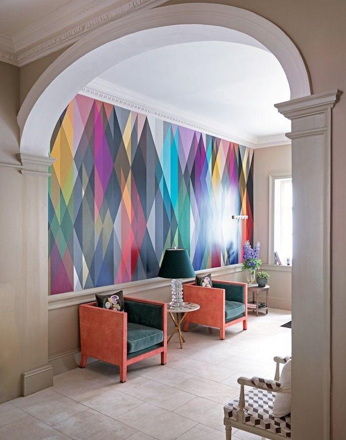 Wand In Regenbogenfarben, Stühle In Dunkelgrün Und Koralle, Weiße Fliesen