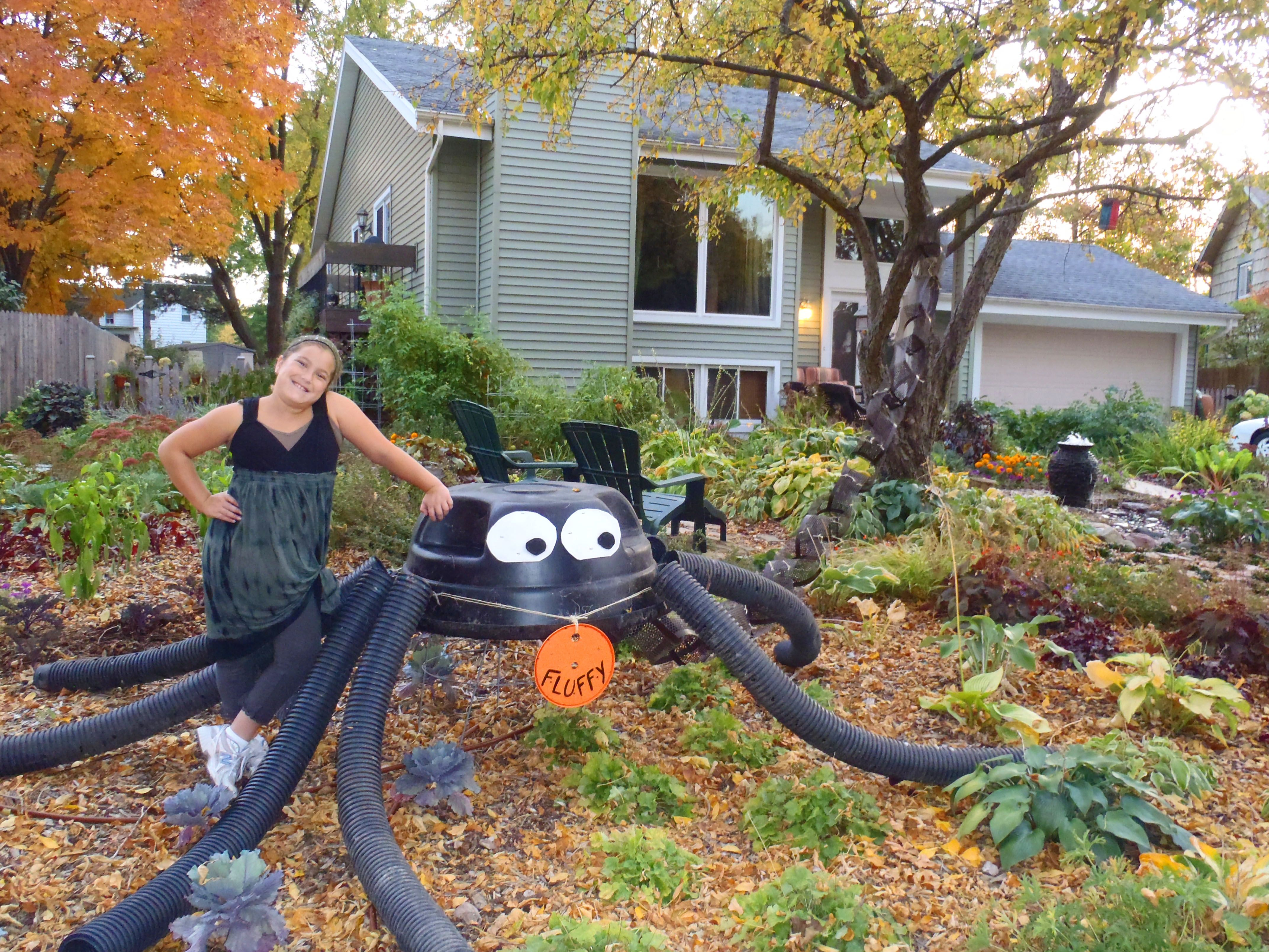 giant halloween spider made from recycled materials - Giant Halloween Decorations