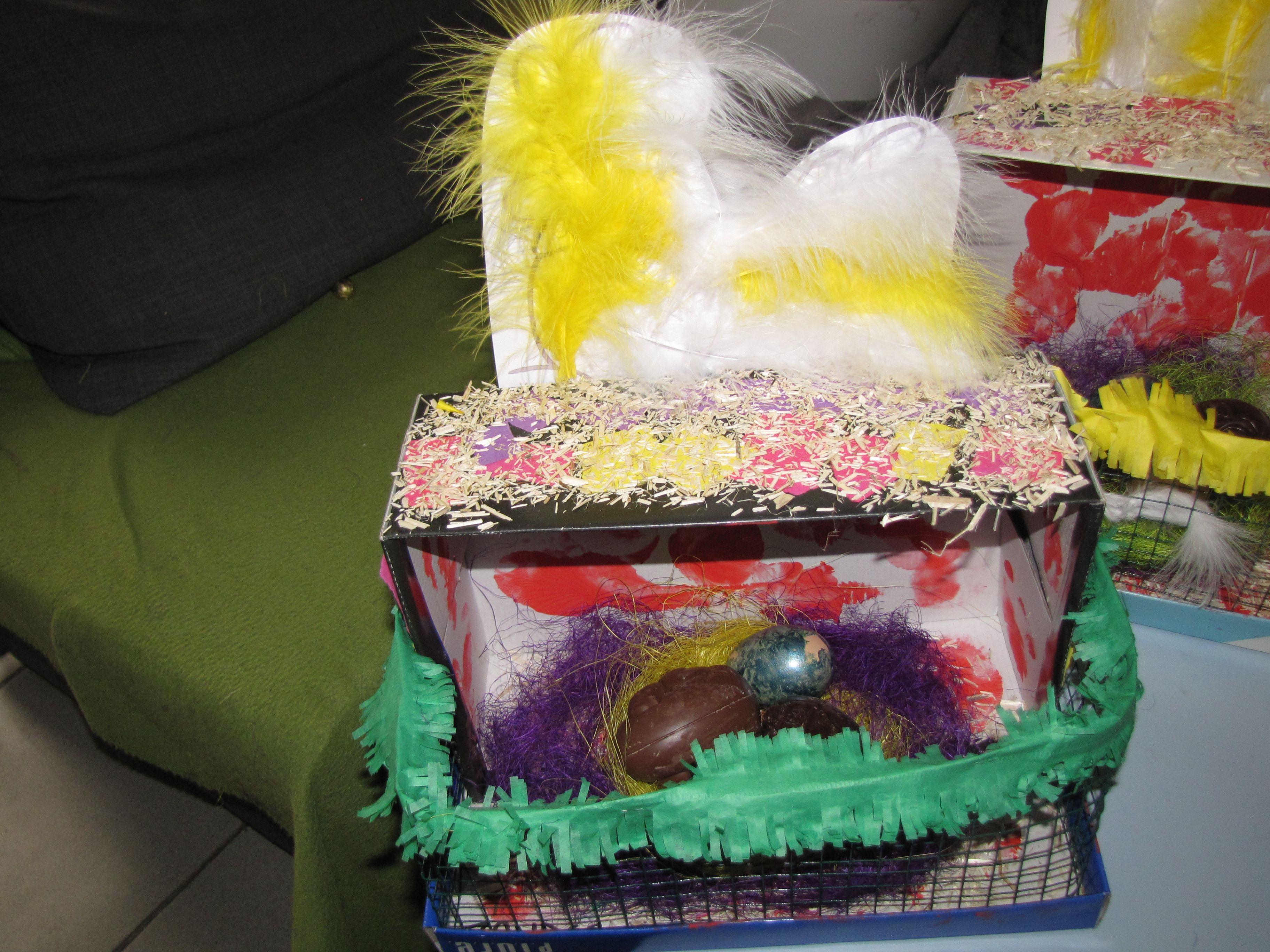 Kippenhokje  - schoendoos laten beplakken met langs 4 kanten met gekleurd papier - met een ballon de binnenkant een beetje kleur gegeven - zavel op de bovenkant en langs de binnenkant - hekje gemaakt + afgewerkt met groen papier - kip van pluimpjes voorzien en aan de bovenkant vast gemaakt