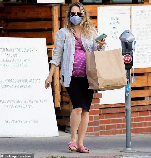 pregnant rachel mcadams shows off her baby bump while grabbing takeout rachel mcadams rachel mcadams pregnant rachel
