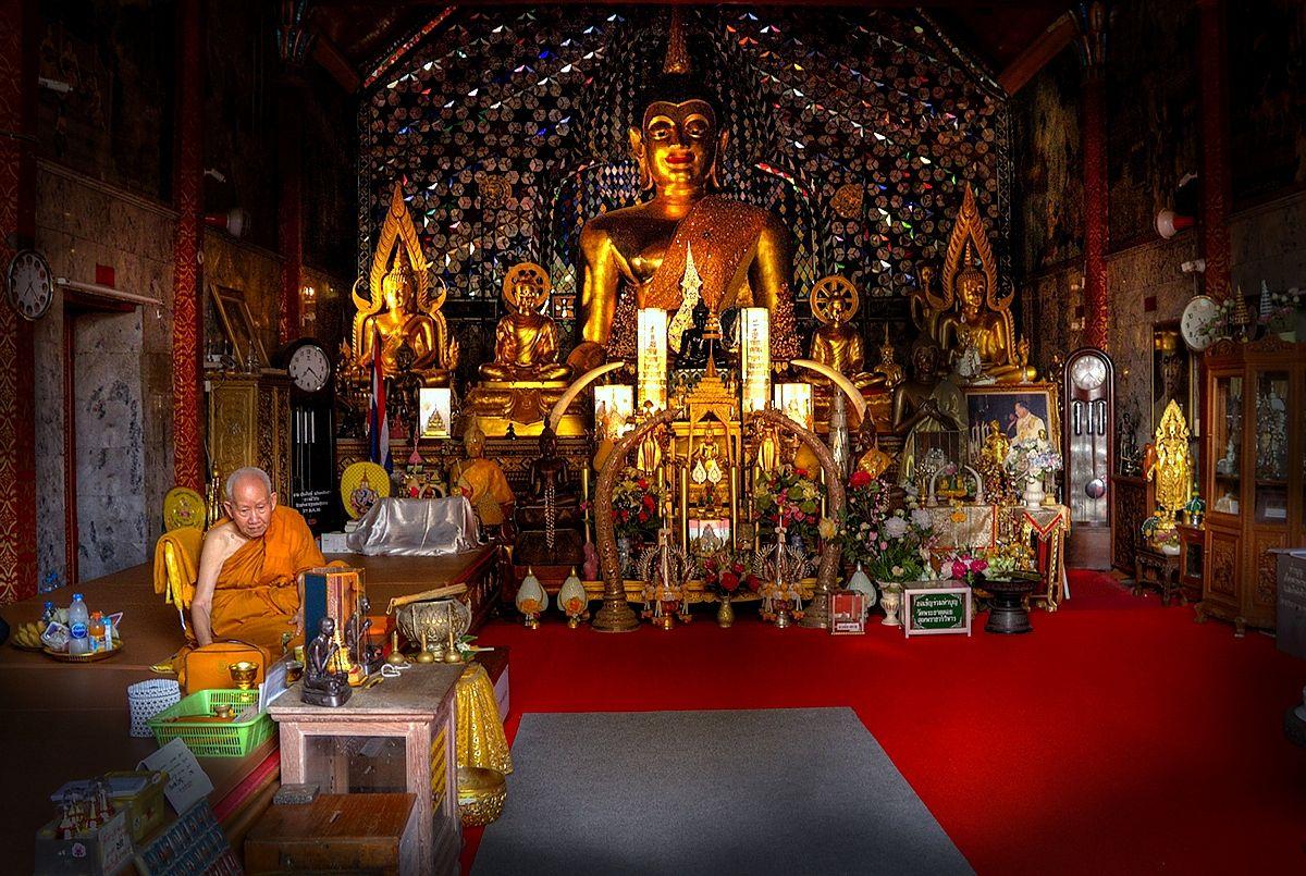 W buddyjskiej świątyni /Tajlandia/