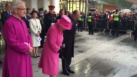 Queen lays wreath at New Street
