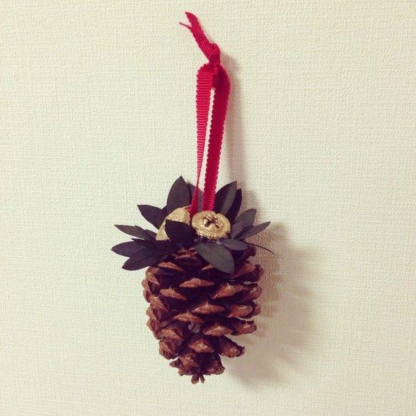 大きな松ぼっくりを使ったオーナメントです。プリザーブド加工した葉っぱと木の実で作っています。壁に飾ったり、ドアノブに引っかけたり・・・素敵なクリスマスの演出に... ハンドメイド、手作り、手仕事品の通販・販売・購入ならCreema。